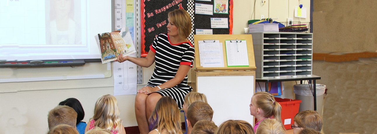 Jennifer-Johnson-Reading-to-Students